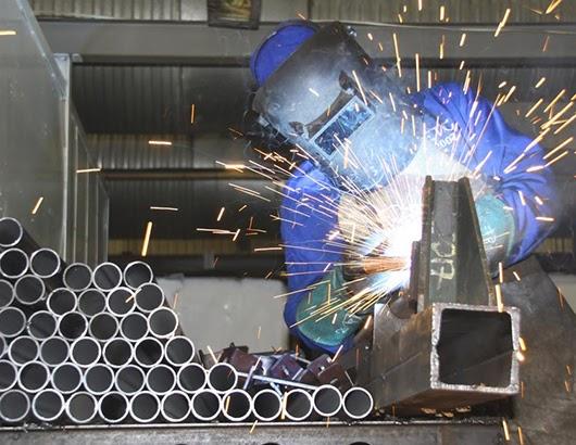 Technicien travaillant l'aluminium chez Saluci